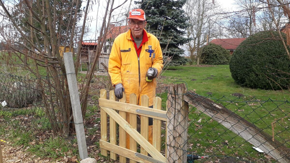 <span></span><div>A new gate installed to keep deer out of the vege garden</div>