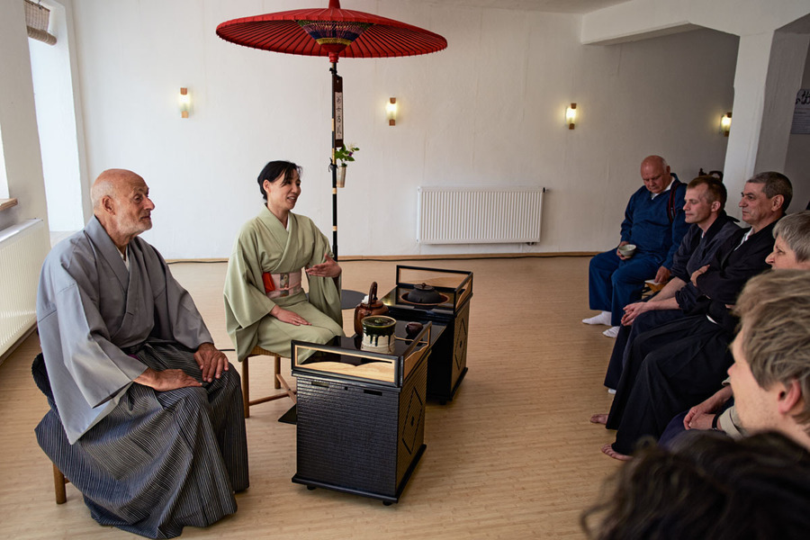 sangha receiving tea  <span></span>