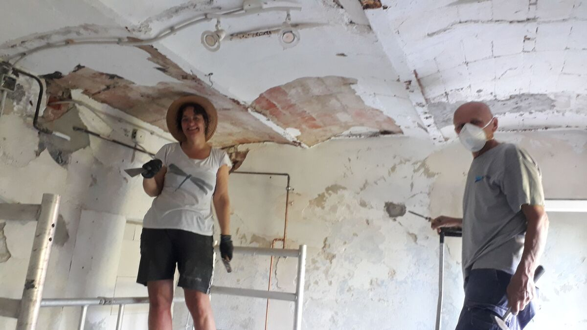 <span></span><div>Jiko and Ikko taking off the loose ceiling</div>