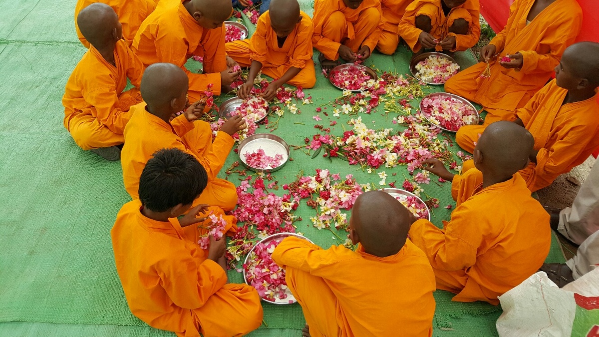 <span></span><div>Boys are preparing the flowers which will be thrown on the path when Roshi enters</div>