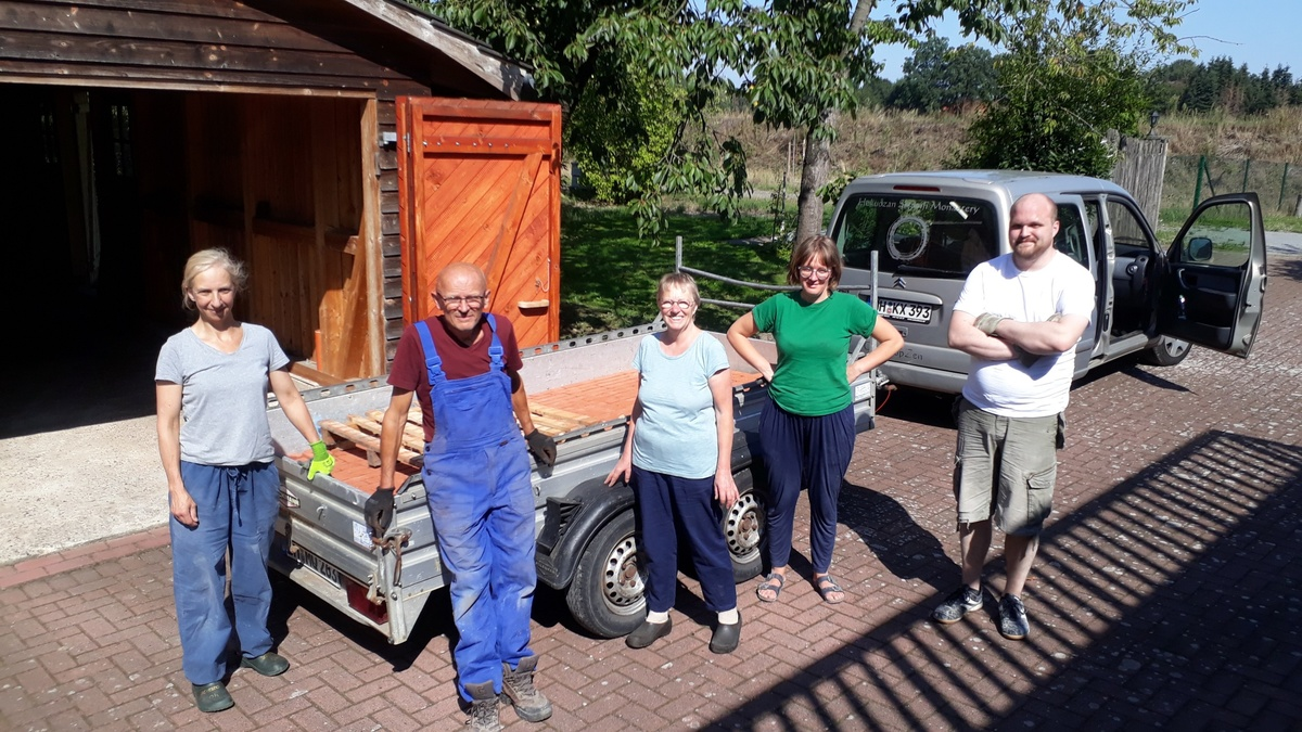 <span></span><div>bricks donated by Gertrud and Ralf are being picked up by the crew</div>