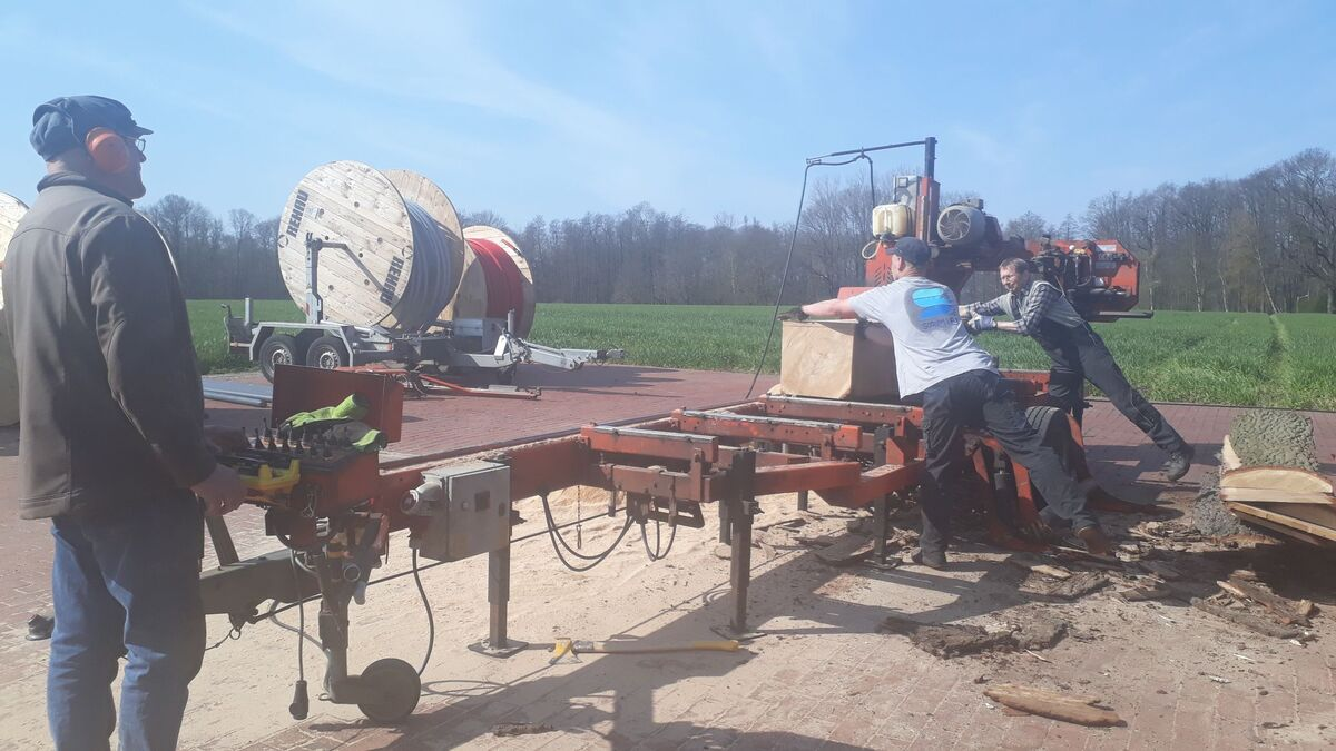 <span></span><div>.. together a day on the saw ...</div>